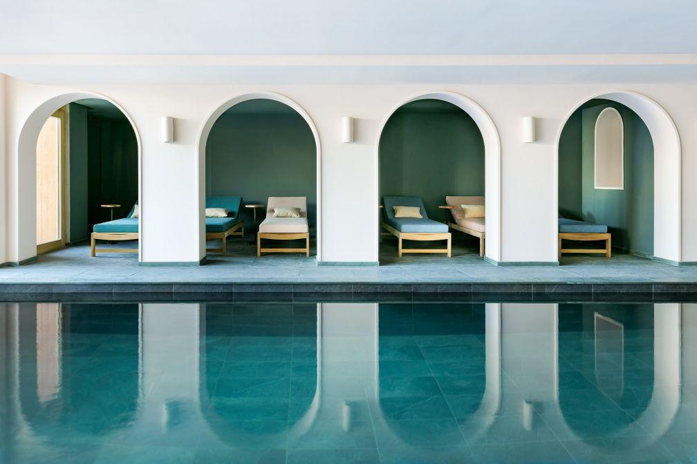 La piscine intérieure et ses alcôves © Jérôme Galland
