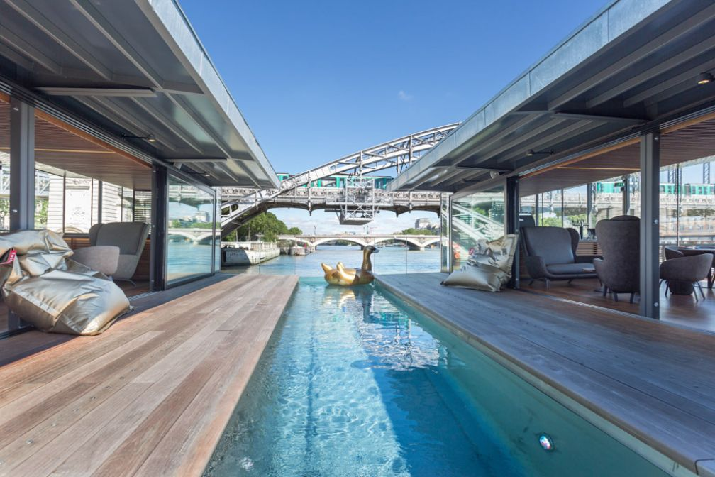 Curiosité de l'hôtel, son petit bassin extérieur, au beau milieu du bar © OFF Paris Seine