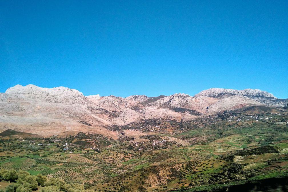 Les montagnes du Rif, à deux pas de la Méditerranée, sont l'écrin de petits bijoux citadins © Alix Laplanche
