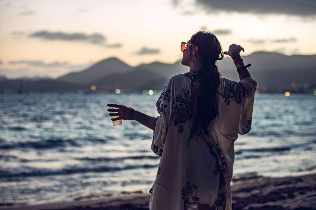 Pour danser les pieds dans le sable alors que le soleil se lève, direction Layla's © DR
