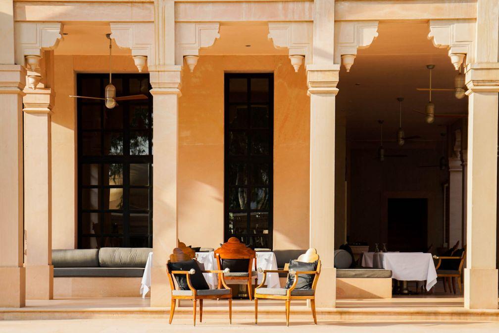 La terrasse du restaurant, entre esthétique palatiale et minimalisme contemporain © YONDER.fr