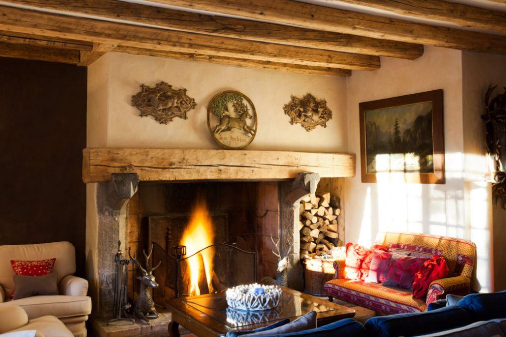 À l'intérieur du très chaleureux salon du Chalet : feu de cheminée et décoration cosy © Siraudeau