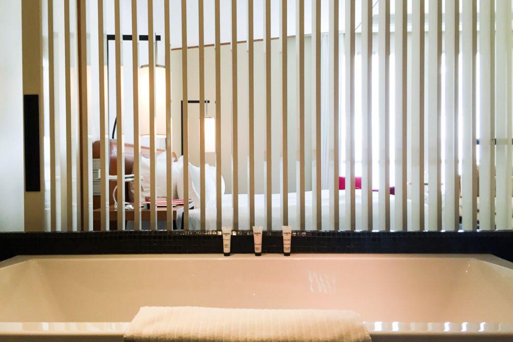Toutes les salles de bain des chambres et suites s'ouvrent sur la chambre © Yonder.fr