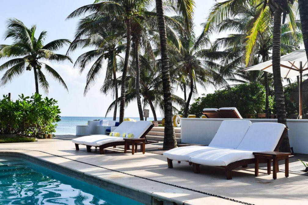 Les deux piscines de l'hôtel, entre palmiers et plage © Yonder.fr