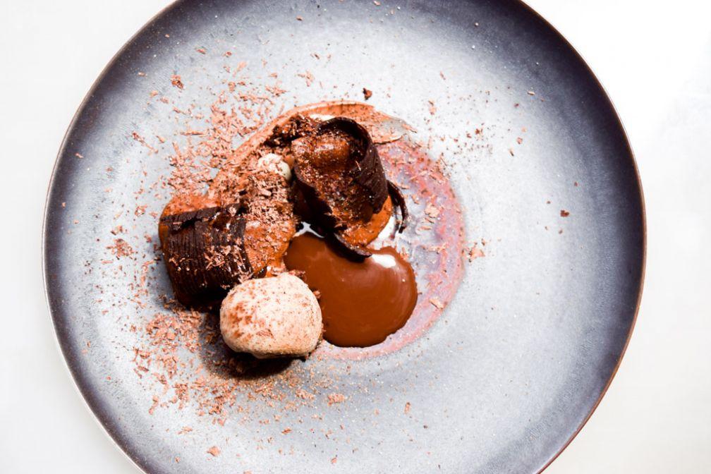 Fines feuilles et Soufflé chocolat noir, cardamome © Yonder.fr