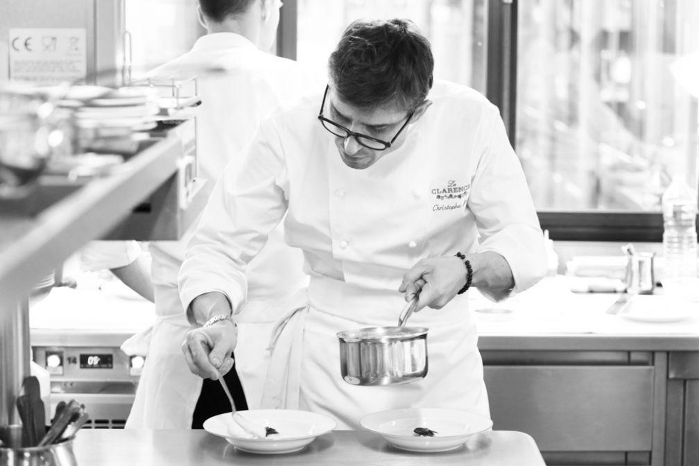 Le chef Christophe Pelé en cuisine © Le Clarence