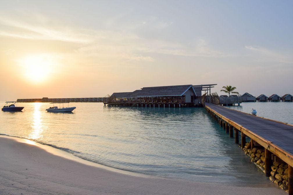Le soleil se lève sur la plage et le restaurant East Market, au bout du ponton © YONDER.fr