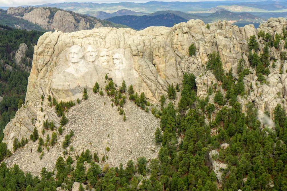 Le Mount Rushmore, creusé dans les montagnes de granit des Black Hills, vu d'hélicoptère.
