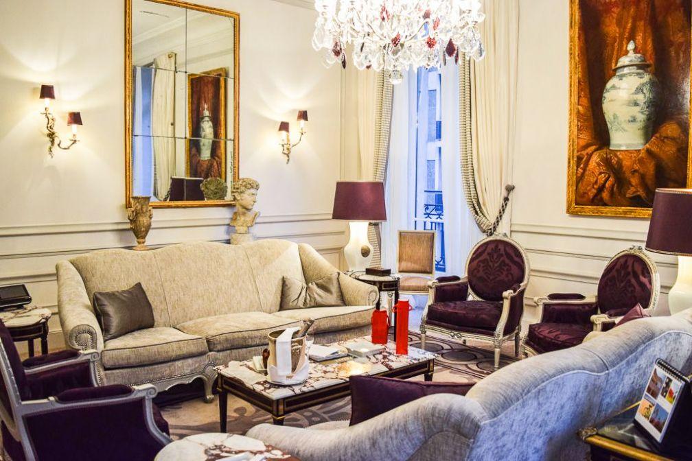 Le splendide salon de la Suite 215 résume à lui seul l'élégance du Plaza Athénée © Yonder.fr