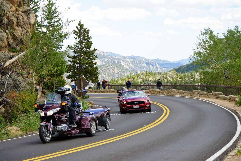 Bikers, side-cars, coupés, cabriolets, SUV se croisent sur les routes du parc © YONDER.fr