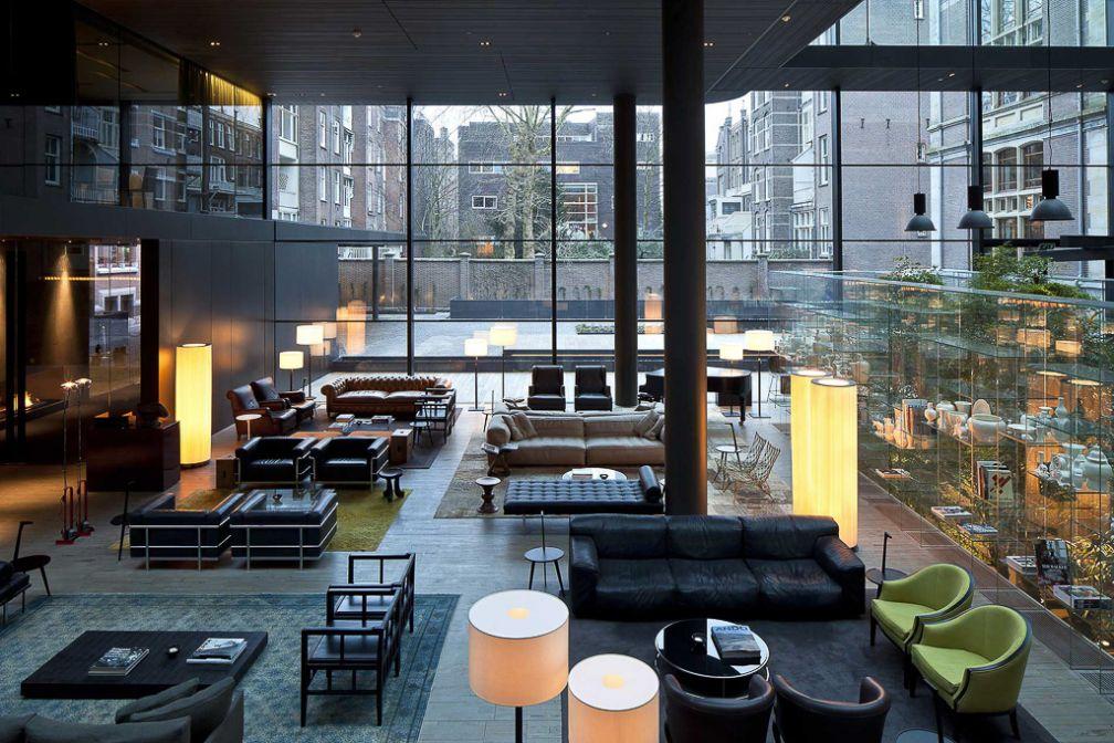 Le lobby du Conservatorium Hotel, l'un des plus beaux hôtels d'Europe et spot incontournable pour un café comme un verre | © Conservatorium Hotel