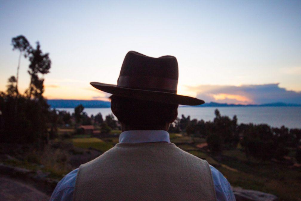 Eduardo et son Borsalino, chapeau typique des habitants de l'île, face au coucher du soleil. | © Cédric Aubert
