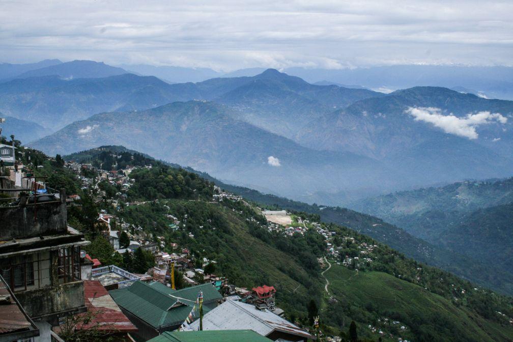Vue sur les montagnes autour de Darjeeling. Comme souvent, le temps est brumeux.
