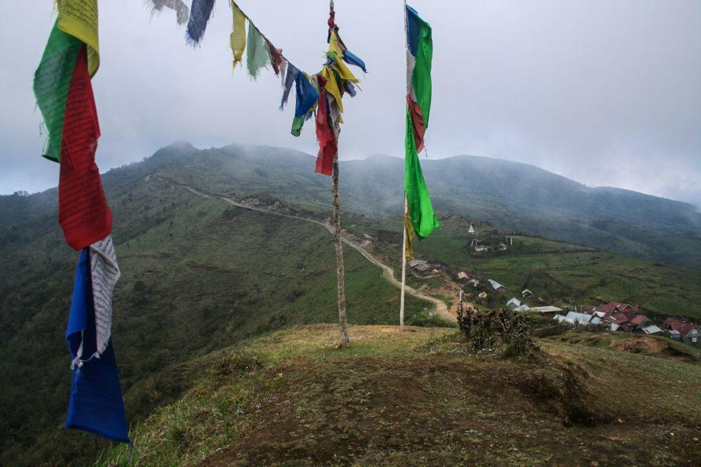 Les drapeaux de prière présents sur chaque sommet égrainent au rythme du vent les paroles du Bouddha