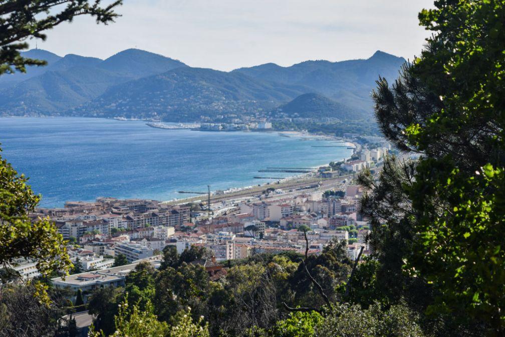 Vue sur Cannes La Bocca et Mandelieu depuis la colline de La-Croix-des-Gardes © Yonder.fr
