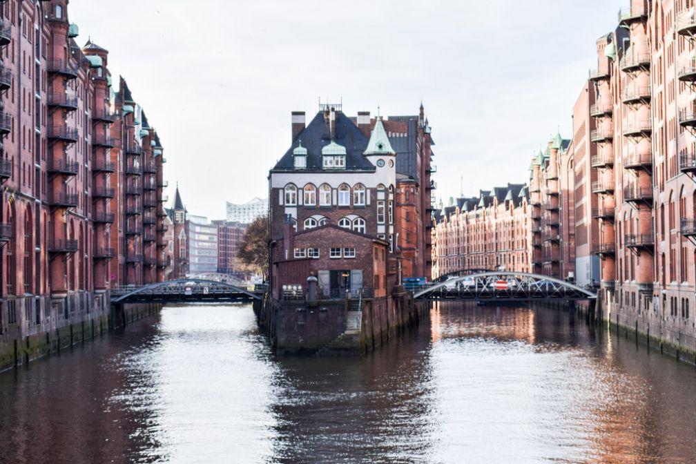 (« Speicherstadt », littéralement la ville des entrepôts, est l'un des lieux incontournables de toute visite à Hambourg © YONDER.fr