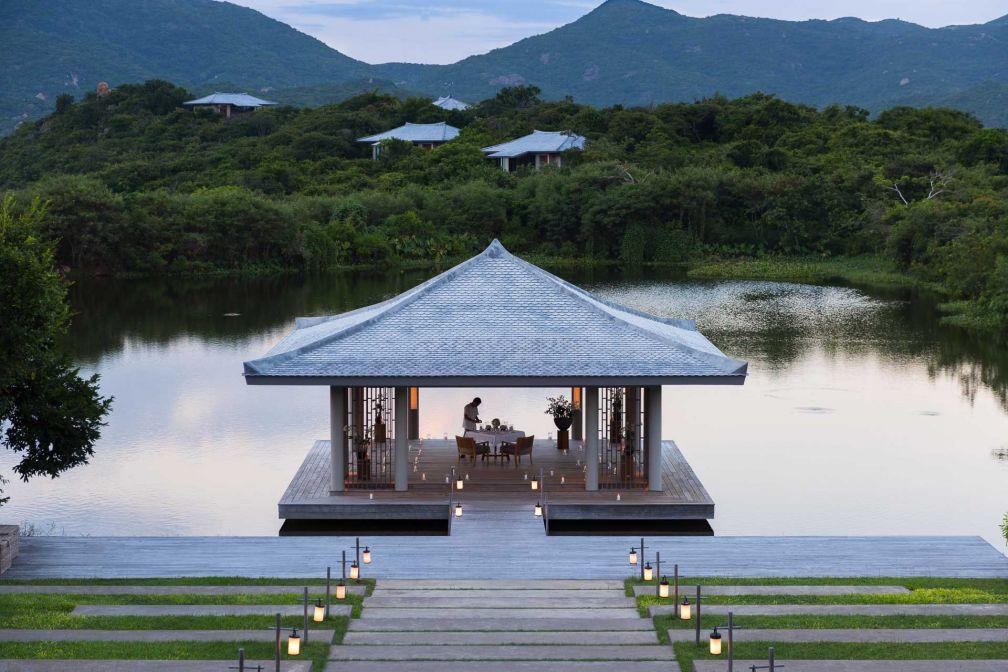 Sur le lac, un pavillon permet tout autant de pratiquer le yoga ou le tai-chi que de s'offrir un dîner romantique © Aman