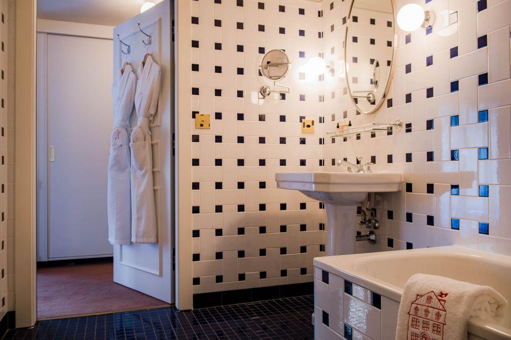 Intérieur sobre d'une salle de bain © Alpimages - Thomas Roulin