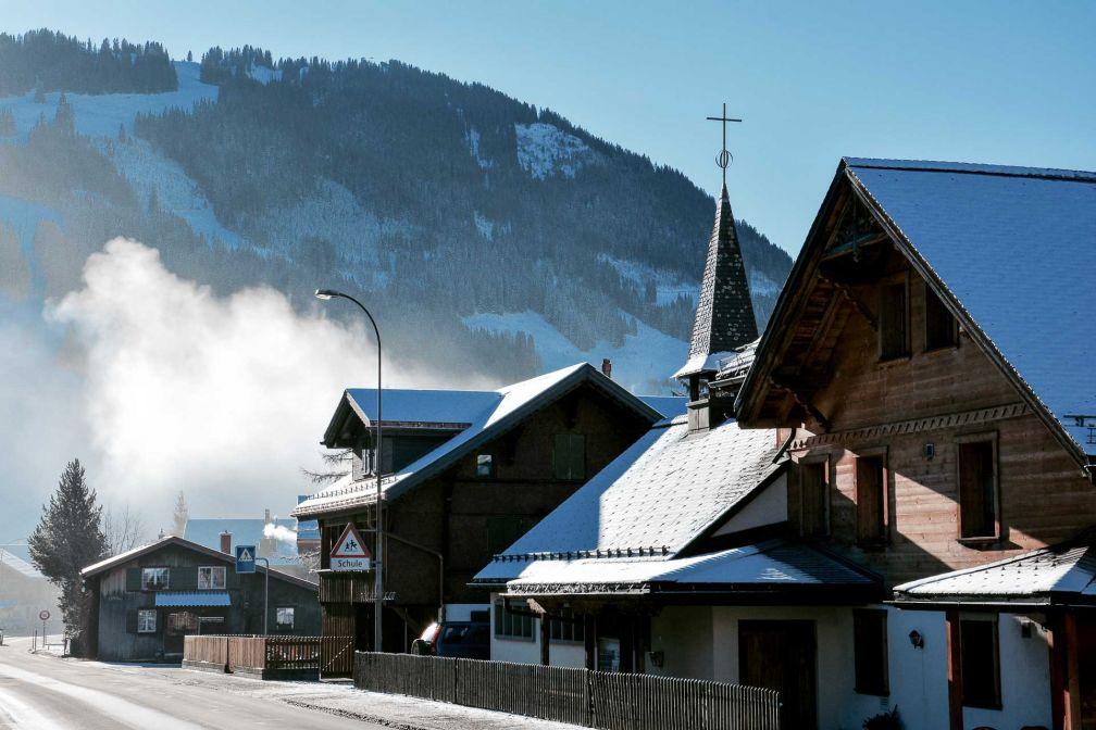 L'Ultima Gstaad est situé à quelques minutes de marche du cœur du village © YONDER.fr