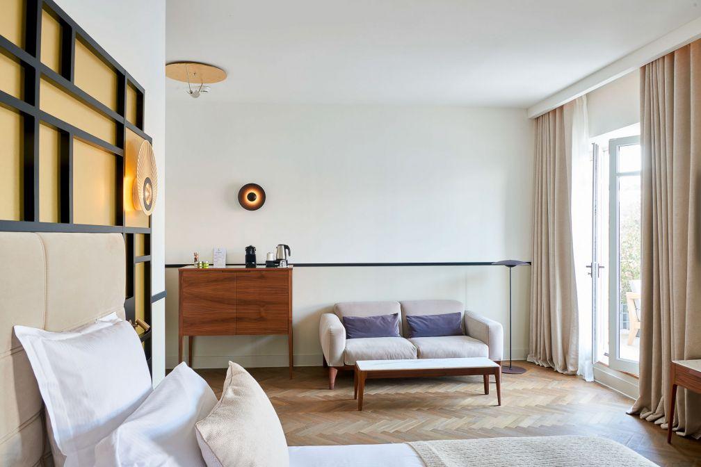 Le décor élégant d'une Junior Suite : parquet au sol et touches Art déco © D. Delmas
