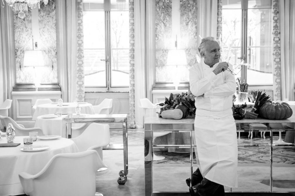 Alain Ducasse pose dans le restaurant gastronomique du Meurice où il développe, avec Jocelyn Herland, Chef Exécutif de l'hôtel, une