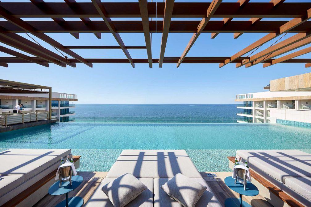La piscine attenante au restaurant Tasca, situé au dernier étage de l'hôtel © MOHG