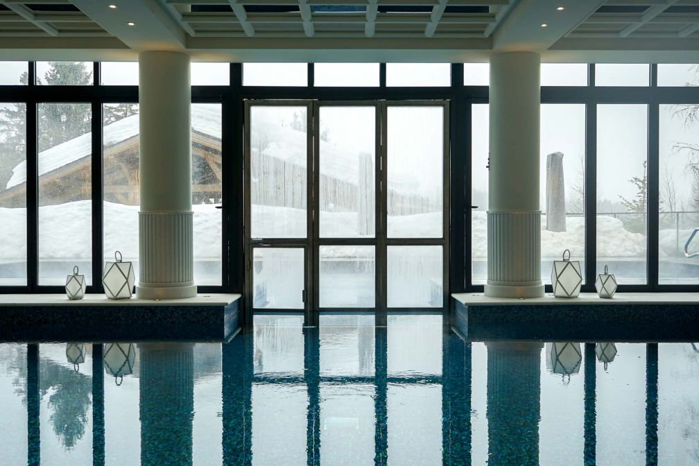 La piscine s'ouvrant sur l'extérieur est l'un des équipements les plus spectaculaires de l'hôtel © YONDER.fr