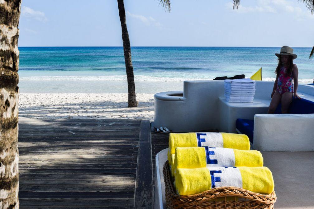 Un luxe tout en discrétion, simplement parsemé de touches colorées, comme ici des serviettes de bain jaunes © Yonder.fr