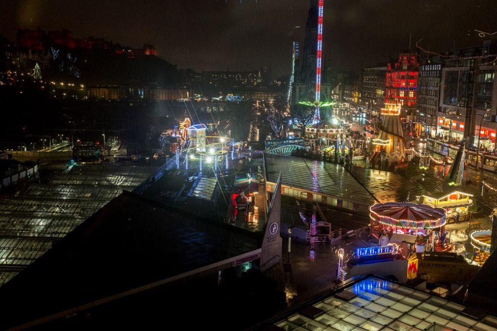 Vue sur la fête foraine et le marché de Noël pendant l'hiver © Yonder.fr