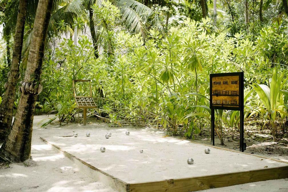 Anantara Kihavah Maldives Villas - Le resort dispose d'un terrain de pétanque © DR