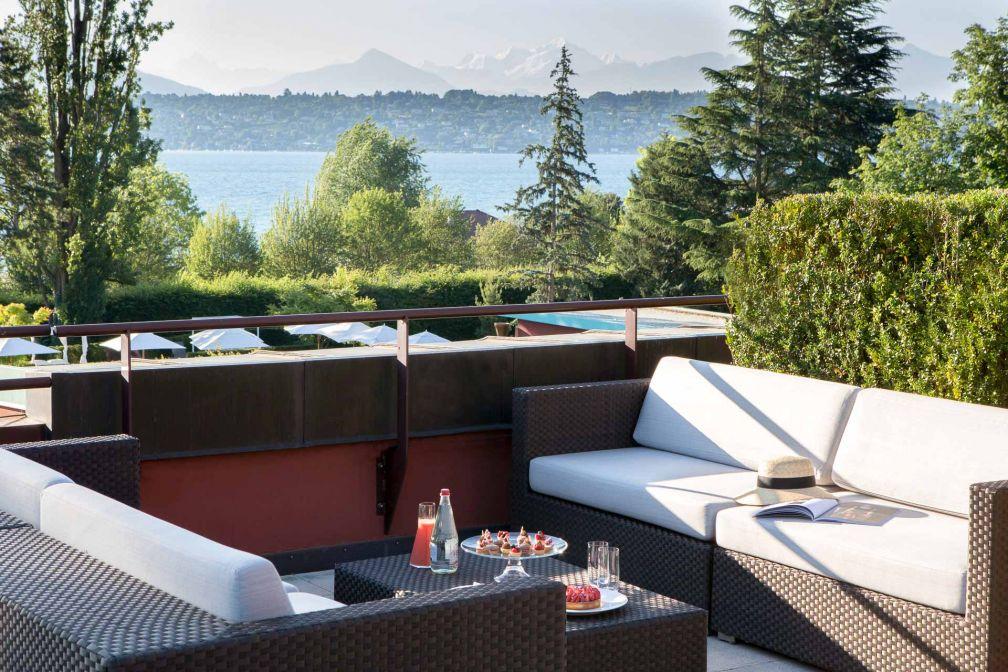 Suite avec terrasse extérieure surplombant le lac Léman © G. Gardette