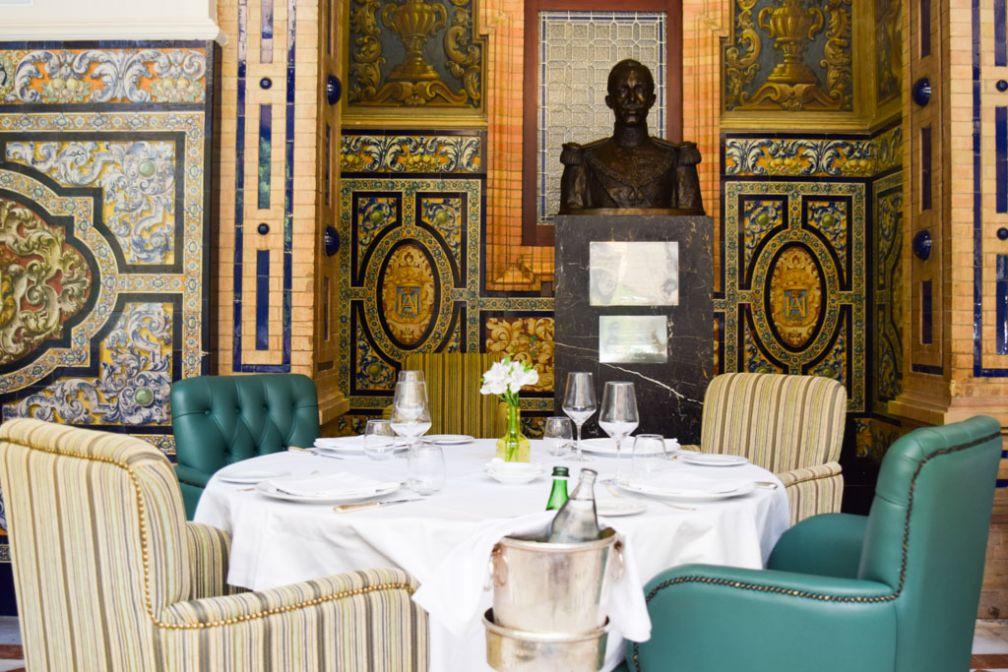 Décor traditionnel andalou dans l'enceinte de l'hôtel de luxe Alfonso XIII © Yonder.fr