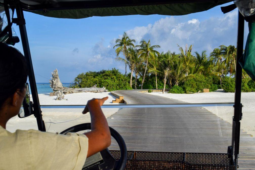 Arrivée en buggy sur l'île de Medhufaru © YONDER.fr