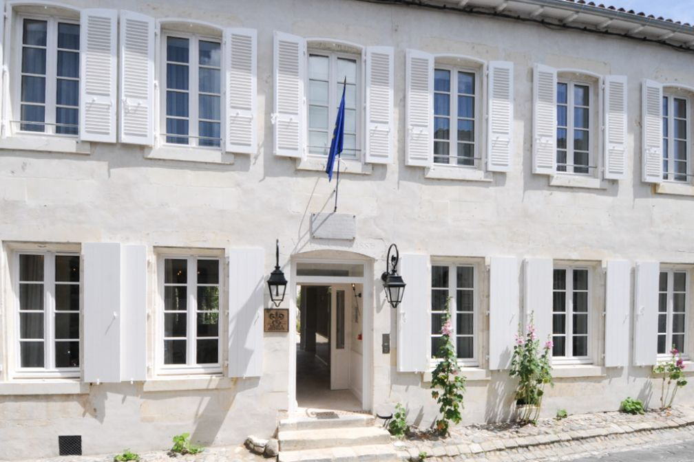La façade blanche de l'ancien hôtel particulier © Villa Clarisse