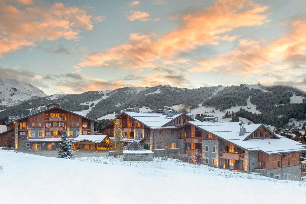 Le Four Seasons Megève est le premier hôtel de la station à proposer un accès direct aux pistes du Mont d'Arbois © DR