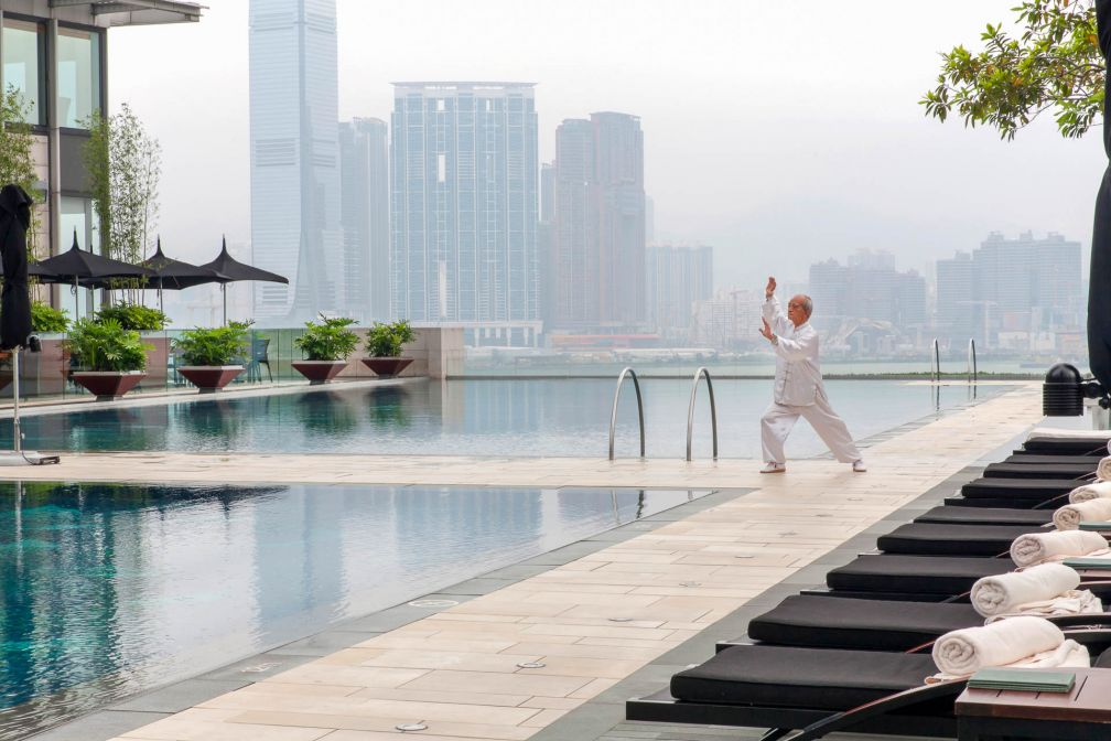 Séance de tai-chi au bord des piscines du Four Seasons Hong Kong © Four Seasons