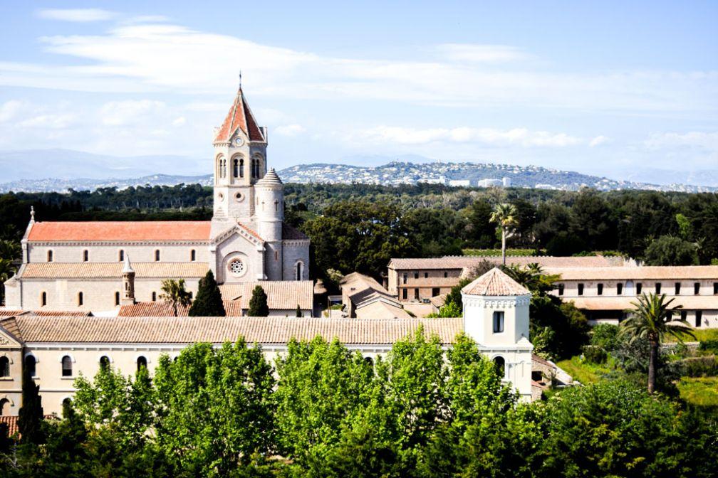 L'Abbaye de Lérins vue depuis  monastère fortifié sur l'Île Saint-Honorat © Yonder.fr