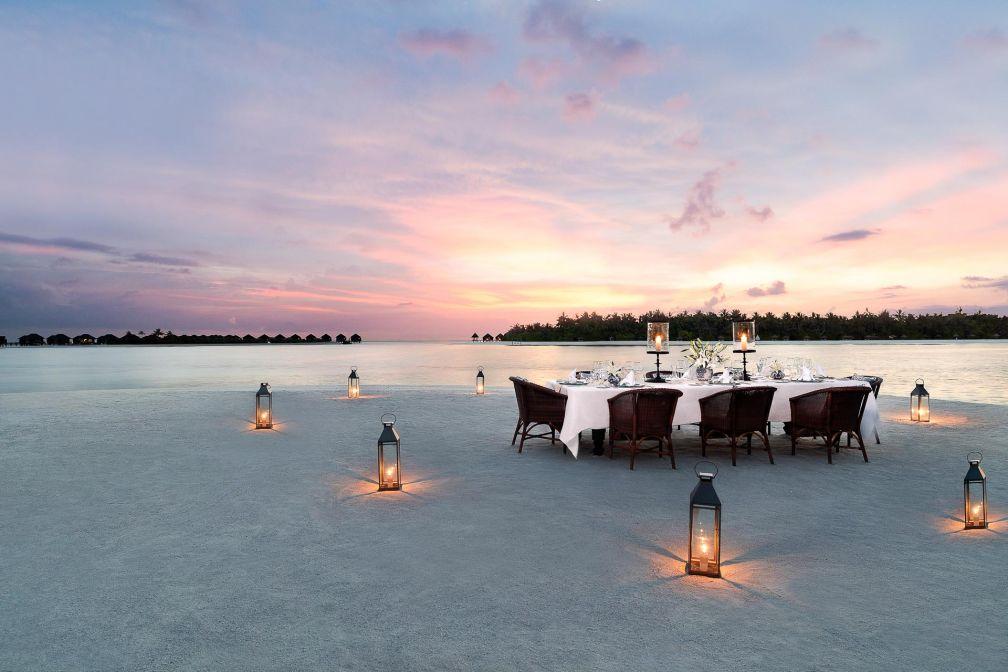 Naladhu Private Island Maldives - Dîner sur la plage alors que le soleil se couche © DR