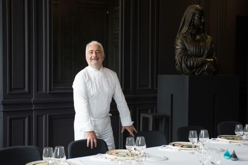 Guy Savoy pose dans l'un des salons de son restaurant de La Monnaie © Laurence MOUTON