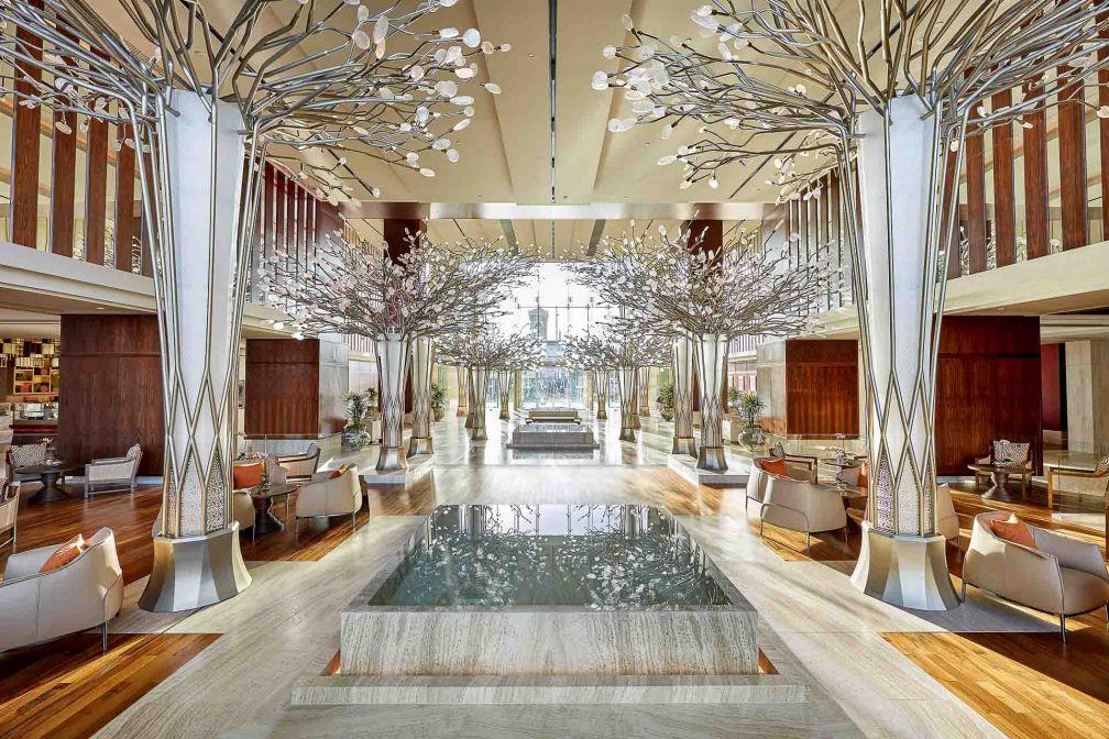 La canopée de lumière signée Jeffrey Wilkes vous accueille au Mandarin Oriental Jumeira © MOHG