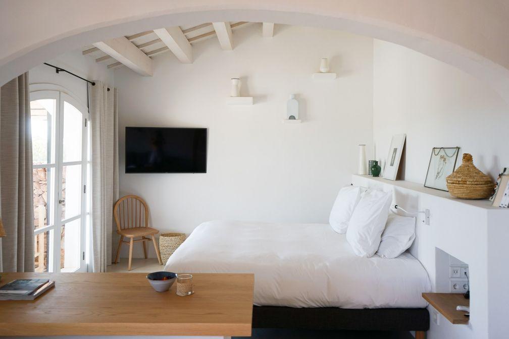La chambre à coucher d'une Torrevella Pool Suite (50m2 de superficie) © YONDER.fr