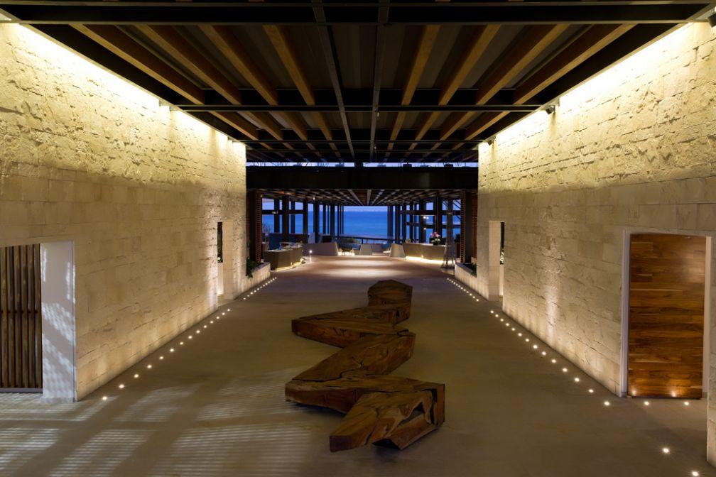 L'immense lobby, entièrement ouvert et ouvrant une perspective sur la mer, en contrebas © Grand Hyatt Playa del Carmen