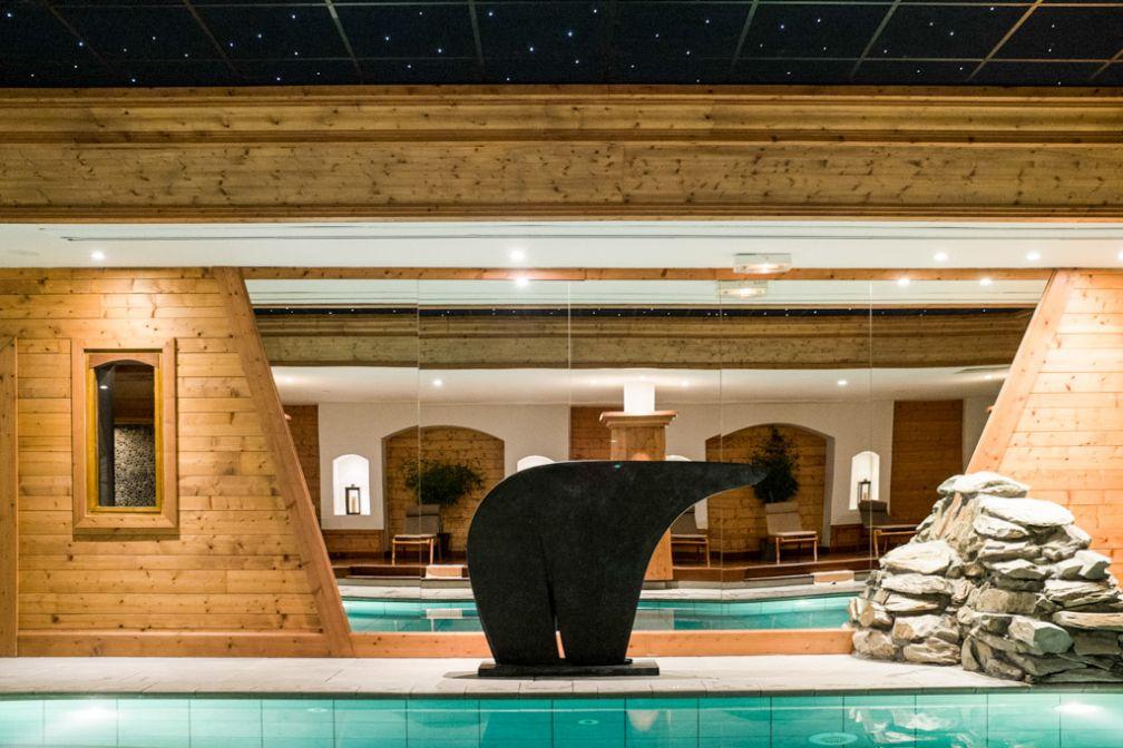 Les ours sont omniprésents dans l'hôtel, comme ici au bord de la piscine © YONDER.fr