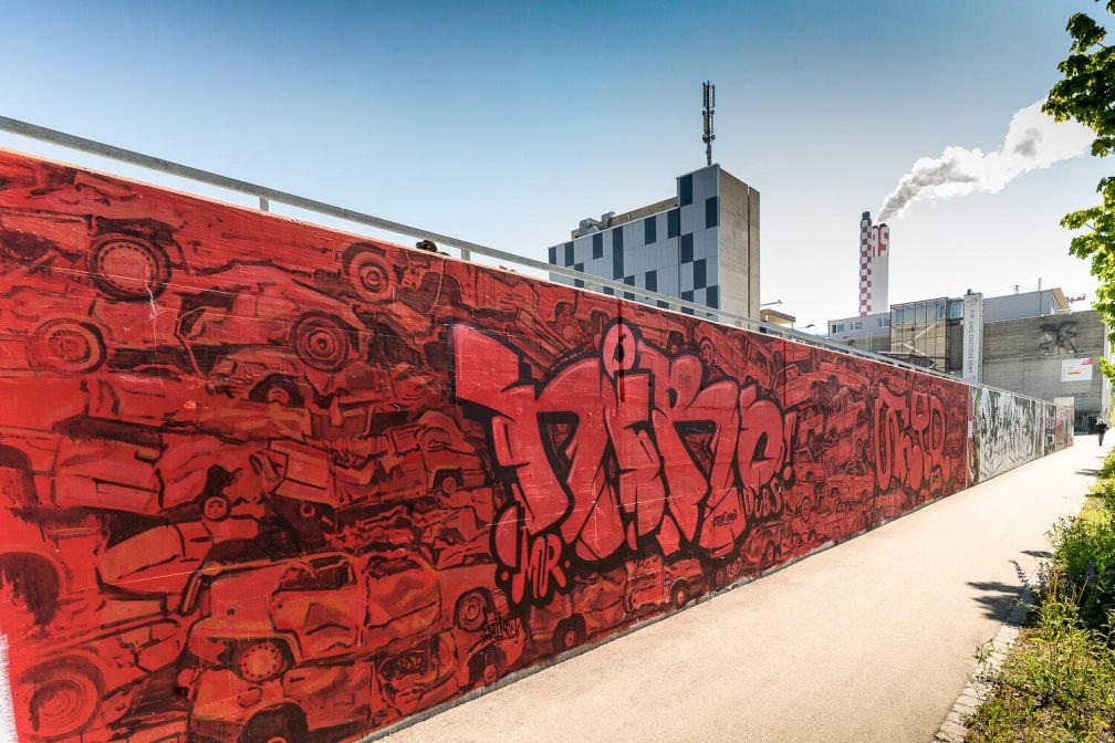 À quelques pas du centre, des œuvres étonnantes ornent les murs de l'usine Bell. © Basel Tourismus.