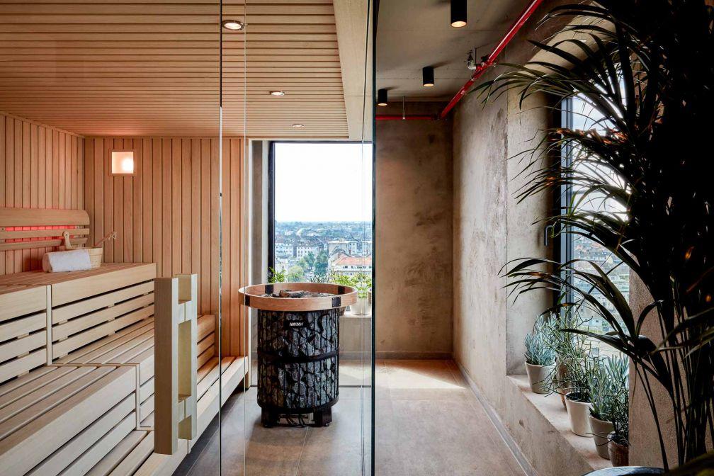 Au 14ème étage, un espace bien-être avec sauna et vues sur la ville © Steve Herud