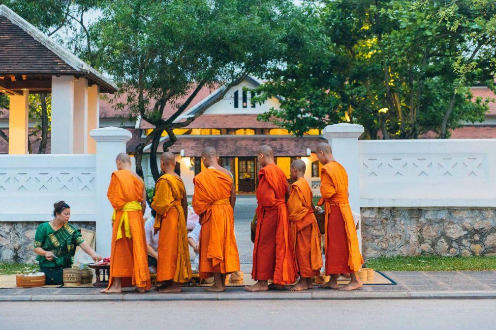 Le rituel matinal du Tak Bat fait partie des expériences incontournables à vivre pendant votre séjour © Aman