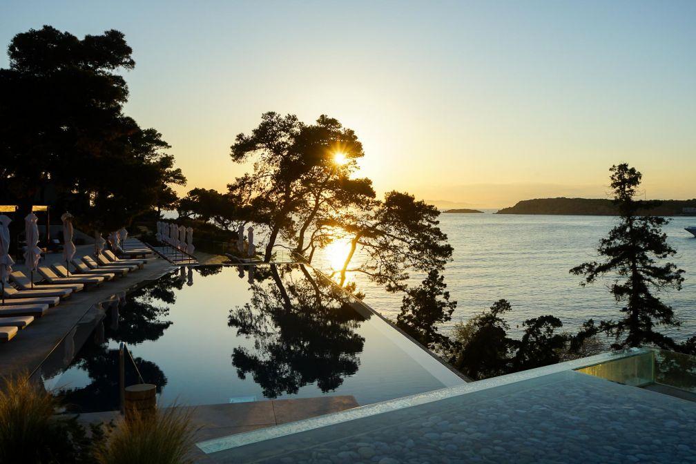 Coucher de soleil haut en couleur sur la piscine de l'aile Arion © YONDER.fr