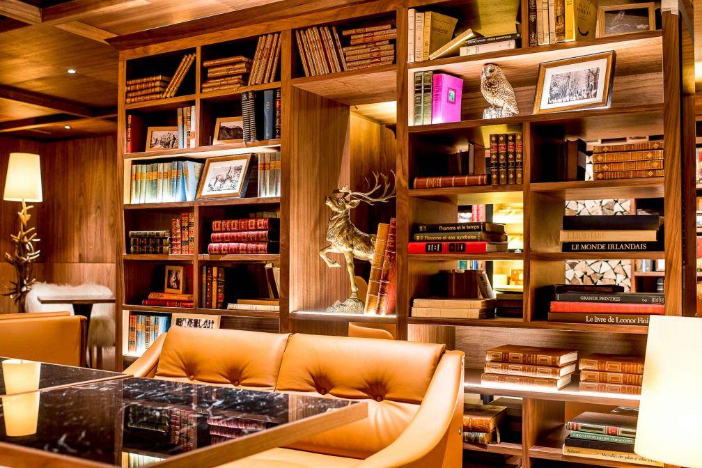 Le fumoir avec ses caves à cigares, ses bibliothèques et ses fauteuils, est l'un des lieux les plus confortables de l'hôtel © Alpimages
