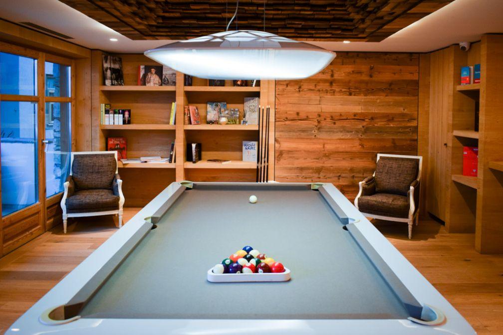 Les Barmes de l'Ours est un hôtel conçu pour toute la famille. À l'heure de l'après-ski, des activités comme le billard sont à disposition des hôtes © YONDER.fr