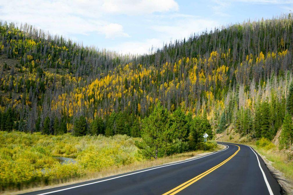 Sur la route en direction du Wyoming, environ une heure après quitté l'enceinte du parc © YONDER.fr